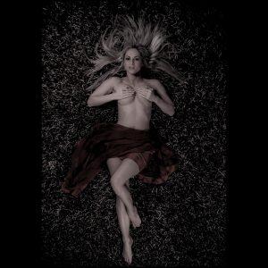 Frau am Boden mit roten Tuch - DH Fotoart.ch für Spezielles