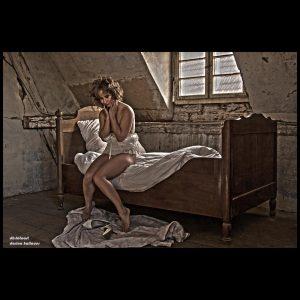 Frau auf antikem Bett - DH Fotoart.ch für Spezielles