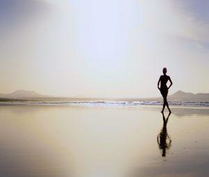frau am strand spigelung - DH Fotoart.ch für Spezielles